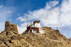 Den Leh slotten förbinder med bönflaggor Royaltyfri Bild