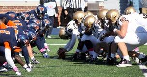 Den Lehigh Quarterbackmitten förbereder sig att låsa fast fotbollen Arkivfoto