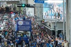 Den Leicester staden ståtar till och med stadsområdet av Bangkok, Thailand för att fira engelskapremier league för första gång royaltyfri fotografi