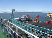 Den lekmanna- pråm för däck Rör och lyftande kranar på skeppet Utrustning för att lägga en rörledning på havsbottnen Royaltyfri Bild