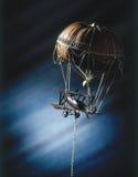 Den leksakflygplanet och ballongen, det van vid begreppet av modern konst skapar metall, repet, pumpa, limefrukt Royaltyfri Bild