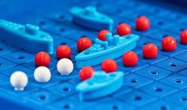 Den leksakkrigskepp och ubåten förläggas på den blåa spela galten Royaltyfria Bilder