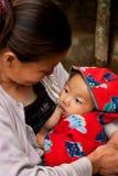 Den Lepcha kvinnan med behandla som ett barn Arkivbild