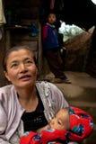 Den Lepcha kvinnan med behandla som ett barn Royaltyfri Bild