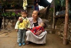 Den Lepcha kvinnan med behandla som ett barn Royaltyfri Fotografi