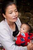 Den Lepcha kvinnan med behandla som ett barn Fotografering för Bildbyråer