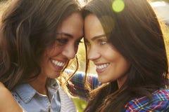 Den lesbiska paromfamningen ser utomhus till varandra, tätt upp arkivbild