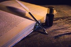 Den Libro anticoen lurar calamaio för penna e Royaltyfria Bilder