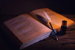 Den Libro anticoen lurar calamaio för penna e Arkivfoto
