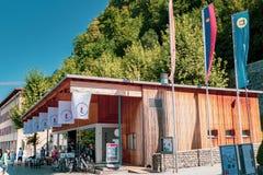Den liechtensteinska turist- mitten i Vaduz, Liechtenstein royaltyfri fotografi