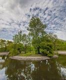 Den lilla ön parkerar på sjön Arkivbild