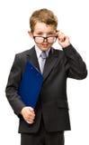 Den lilla affärsmannen med mappen bär exponeringsglas royaltyfria foton