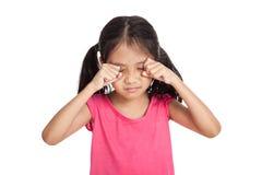 Den lilla asiatiska flickan är ledsen och skrik royaltyfria foton