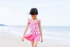 Den lilla asiatiska flickan går på stranden Royaltyfri Bild