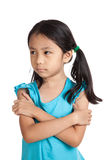 Den lilla asiatiska flickan surar, i dåligt lynne Royaltyfri Foto