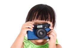 Den lilla asiatiska flickan tar ett foto Arkivfoton