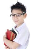 Den lilla asiatiska pojken i studentens likformig med minnestavladatoren är på Arkivfoton