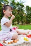 Den lilla asiatiska (thai) flickan tycker om att äta hennes lunch Royaltyfri Fotografi