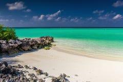 Den lilla avskilda stranden som förbi skyddas, vaggar på en tropisk ö Arkivbilder
