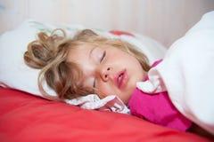 Den lilla blonda flickan sover Royaltyfri Bild