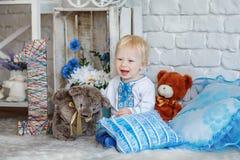 Den lilla blonda pojken i traditionell ukrainare broderade skjortan Royaltyfri Fotografi