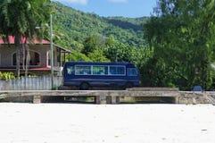Den lilla bussen är typisk för kollektivtrafik på den Praslin ön arkivbild