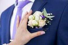Den lilla butanerkuen för brudstift på omslaget brudgummen Arkivbild