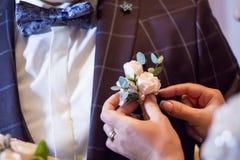 Den lilla butanerkuen för brudstift på omslaget brudgummen Royaltyfri Foto
