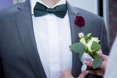 Den lilla butanerkuen för brudstift på omslaget brudgummen Royaltyfria Foton