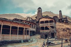 Den lilla byn Dartlo med traditionella stenbyggnader och defensiv står högt i Tusheti Affärsföretagferie Lopp till Georgia Gräspl royaltyfri fotografi