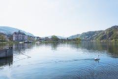 Den lilla byn längs den Mosel floden arkivfoto