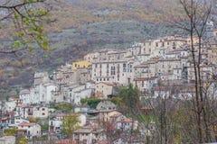 Den lilla byn sätta sig överst av kullen, Barrea, Abruzzo, Italien Oc Royaltyfri Foto