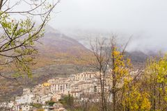Den lilla byn sätta sig överst av kullen, Barrea, Abruzzo, Italien Oc Royaltyfri Fotografi
