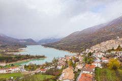 Den lilla byn sätta sig överst av kullen, Barrea, Abruzzo, Italien Oc Royaltyfri Bild