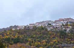 Den lilla byn sätta sig överst av kullen, Barrea, Abruzzo, Italien Oc Royaltyfria Foton