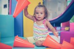 Den lilla caucasianen behandla som ett barn i lekplats Royaltyfri Foto