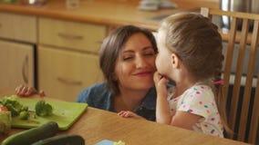 Den lilla dottern tackar hennes moder för matställe Hon kysser och slår hennes framsida med hennes hand thanks Utbildning av arkivfilmer