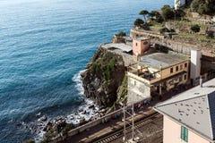 Den lilla drevstationen på vaggar av den Riomaggiore staden, Italien Royaltyfri Fotografi