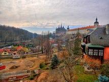 Den lilla europeiska byn och ` s för St Barbara kyrktar Arkivfoton