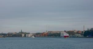 Den lilla färjan korsar hamnen i Stockholm stock video