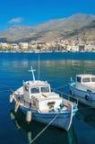 Den lilla fiskarens fartyg i grekblått och vit färgar i Phothia Arkivfoton