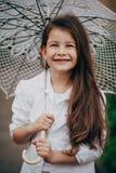 Den lilla flickan med snör åt paraplyet Royaltyfri Foto