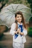 Den lilla flickan med snör åt paraplyet Royaltyfri Fotografi