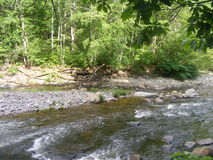 Den lilla floden med vaggar arkivfoton