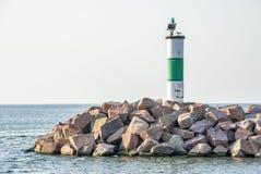 Den lilla fyren på en hög av vaggar på Lake Michigan Arkivbilder