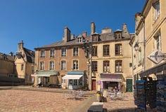 Den lilla fyrkanten som fodras med, shoppar och kaféer utanför ingången av den Bayeux domkyrkan i Normandie, Frankrike Royaltyfri Fotografi