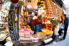 Den lilla garnering och tillbehören shoppar i bazar för chandnichowkkinari sköt med fisheye arkivbild