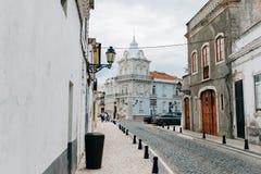 Den lilla gatan i Faro är den huvudsakliga staden av Algarve, Portugal arkivfoton