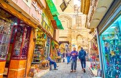 Den lilla gatan i guldsmedområde av den Khan El-Khalili marknaden i Kairo, Egypten arkivfoto