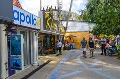 Den lilla gatan shoppar i den thailändska stilen. Arkivbild